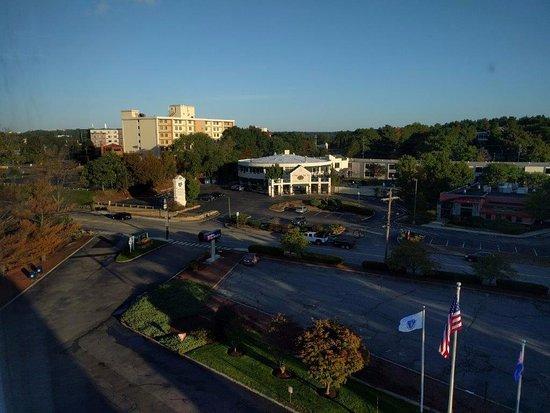 Hilton Garden Inn Boston/Waltham: Overlooking the Totten Pond Road