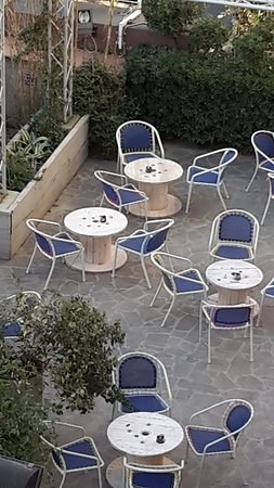 Tavolo Piu Sedie Da Esterno.Nuovi Tavoli E Sedie Da Esterno Fatti Con Materiale Di Recupero