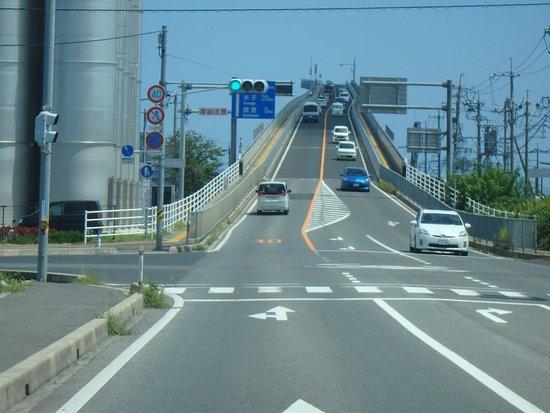 江島大橋, 急坂です