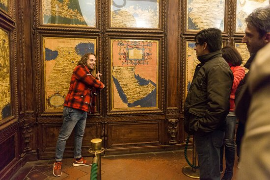 Mus.e Firenze: Il passaggio segreto dietro la porta dell'Armenia nella Sala delle Carte Geografiche di Palazzo