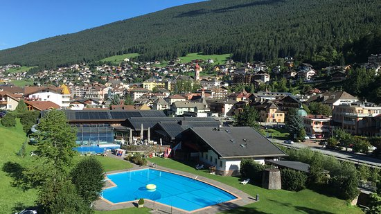 Hotel Hell: Vista verso ovest: la piscina e il centro di Ortisei