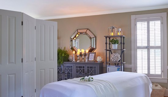 Pursell Farms: The Spring House - spa treatment room