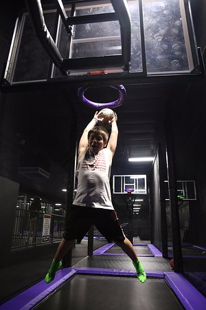 Action City: Trampoline Park - Slam Dunk Basketball