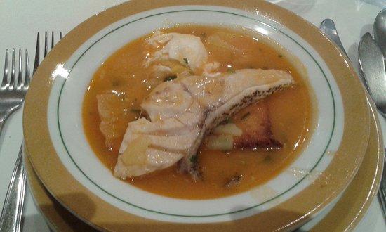 Alcanena, Portugal: Sopa de Garoupa, prato montado à mesa. a lembrar outros tempos.