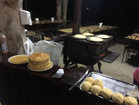 Restaurante Rancho del Sapito : making tortillas and choreadas
