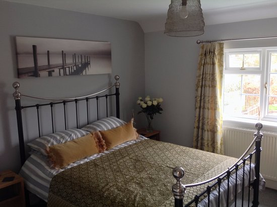 Edington, UK: Laura with spacious en suite, KIng sized bed country views