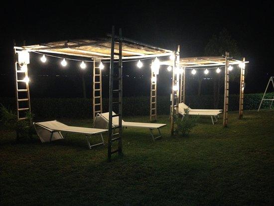 Illuminazione notturna gazebo foto di camping residence uliveto
