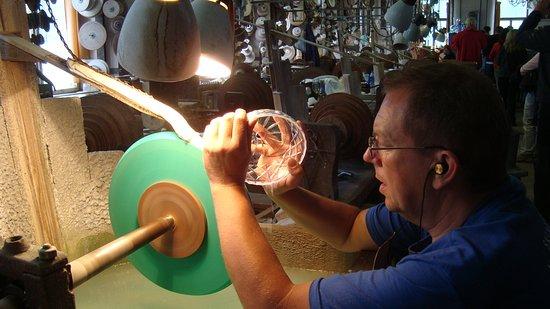 Glassworks and microbrewery Novosad   son Harrachov  Ruční broušení skla  vyžaduje trpělivost 54b429e403