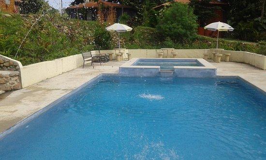 Paraiso Restaurante & Bar : La piscina de la cabañas