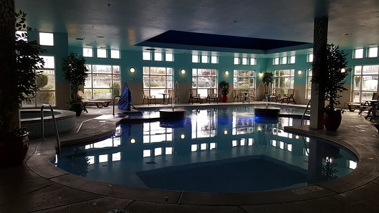 Comfort Suites Airport Tukwila: Executive Suite and the pool