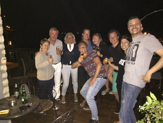 Kastos Island, Yunanistan: feest bij El.a cafe bar met Alexi Elena en Sandra