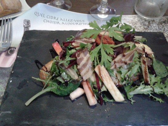 Lassay-les-Chateaux, France: Salade savoureuse en entrée