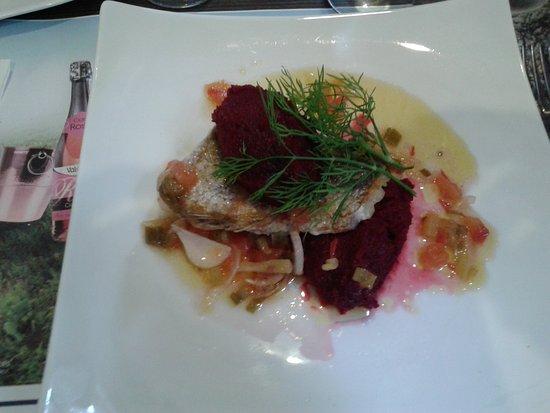 Lassay-les-Chateaux, France: Poisson et délicieuse purée de betteraves