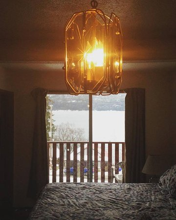 Ainsworth Hot Springs, Canada: Our room at Ainsworth, just the bed and view.