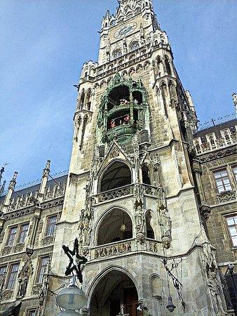 Glockenspiel im Rathausturm Foto