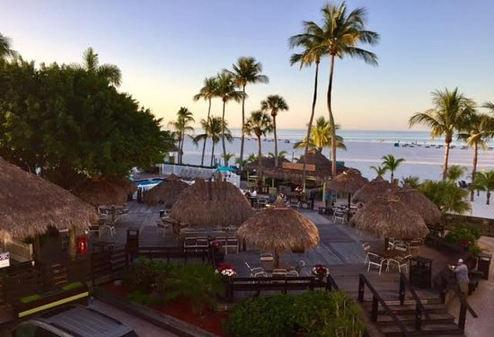 Outrigger Beach Resort: The outdoor dining area, tiki bar and pool area at the Outrigger.