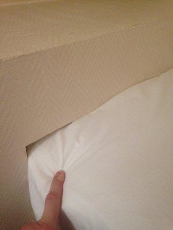 Saint-Gatien-des-Bois, Francia: HAbillage du mur découpé pour faire entrer le lit qui est plus long que la piece!