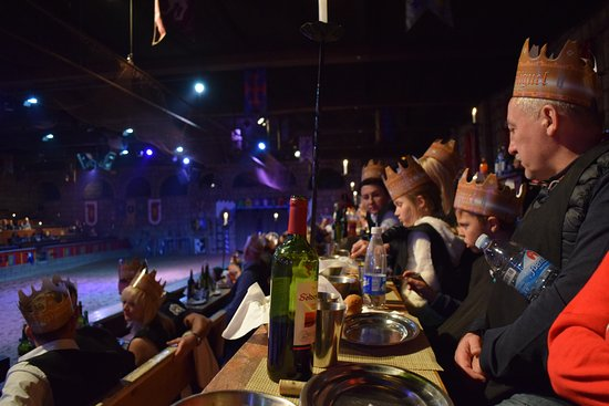 San Miguel de Abona, Hiszpania: Spectators enjoying show, drink and food.