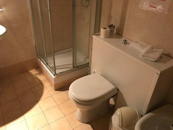 bb stesicoro il bagno senza riscaldamento la stanza buia le prese per ricaricare telefono o