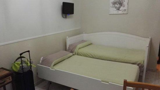 Apartamentos Mayor Centro : Zona cocina/salón con camas