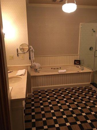 Wentworth Mansion: Bathroom