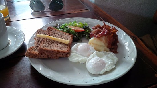 Azafran Restaurant: Poached eggs with bacon and toast
