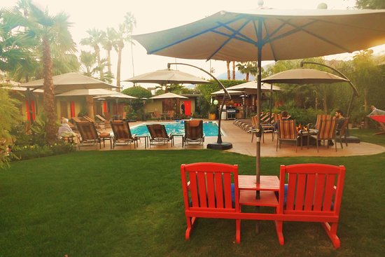 Desert Riviera Hotel: Rooms located around the pool, hot tub and barbecue area