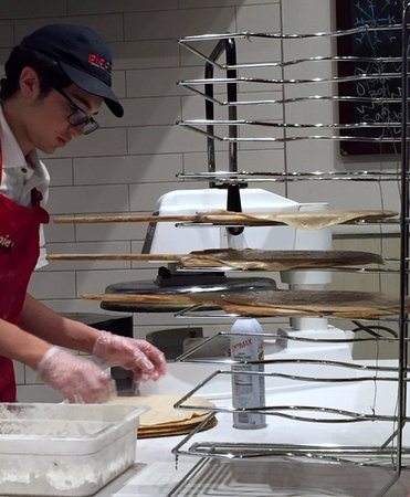 Island Park, NY: Machine-mushed and hand-stretched dough