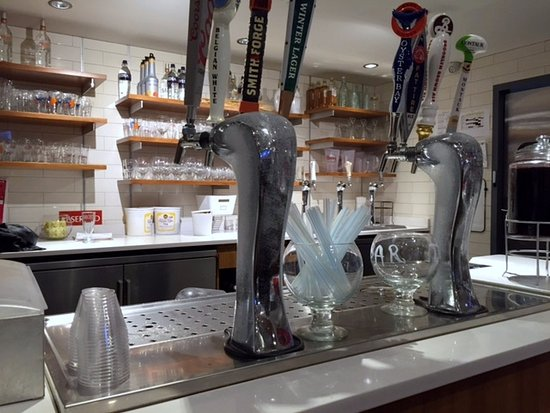 Island Park, NY: Old fashioned soda fountain (for sodas and beer, plus mixed drinks)