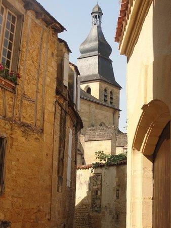 Cathedrale Saint-Sacerdos: rue étroite