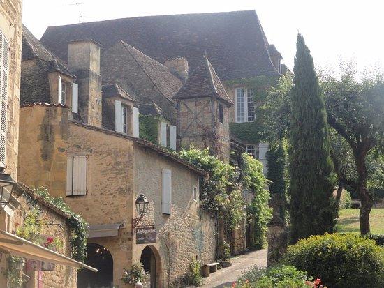 Cathedrale Saint-Sacerdos: montée de la cathédrale