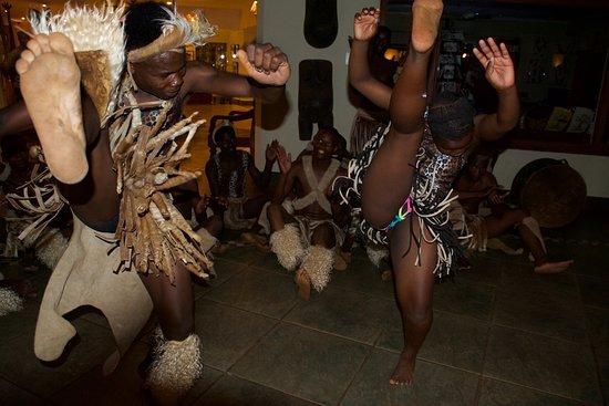 Mkuze, Sør-Afrika: dansoptreden Zulu dansgroep