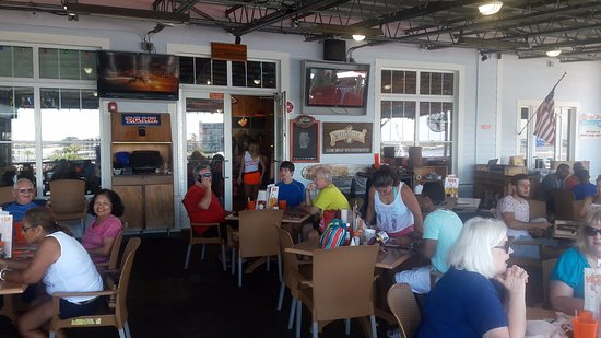 Hooters - Johns Pass: Ambiente del lugar.