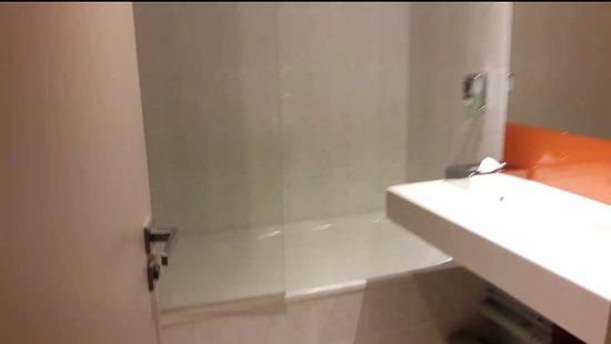 salle de bain grande baignoire - Picture of Mercure Marne la ...