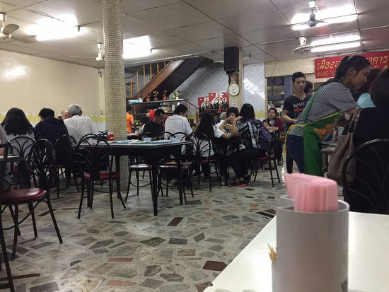 Muang Thong Restaurant : The place eventually became packed. A table doesn't remain empty for more than a few minutes.