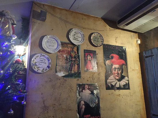 The Mad Italian : signed plates and pictures on the wall