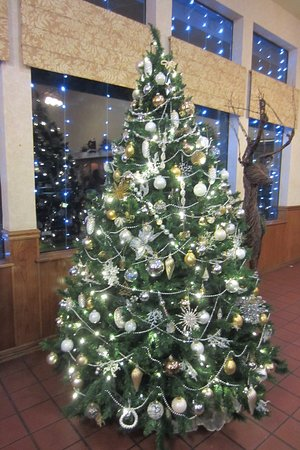Cedar Lodge: Another Christmas Tree in the Lobby