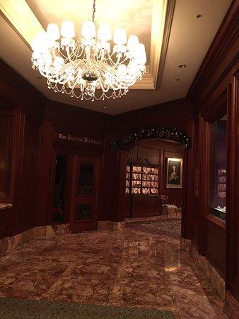 The Ritz-Carlton, Osaka: A winding corridor !