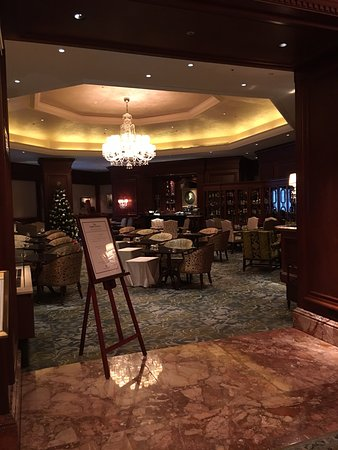 The Ritz-Carlton, Osaka: The Lobby Louuge where you can eat well and listen to great music