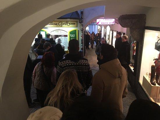 Balkan Grill Walter: Das warten sind die Original Bosna in Salzburg unbedingt wert!!!