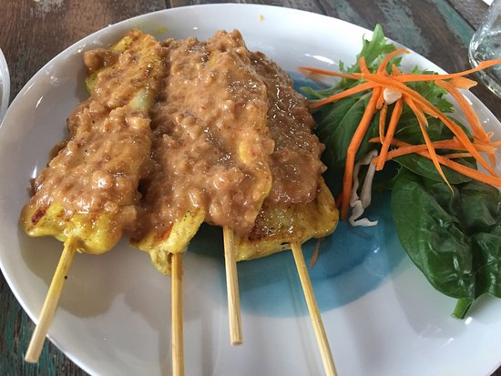 Raymond Terrace, Australien: Chilli basil chicken and satay chicken.