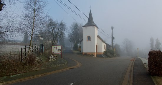 Manderfeld, เบลเยียม: The little chapel right in front of the hotel