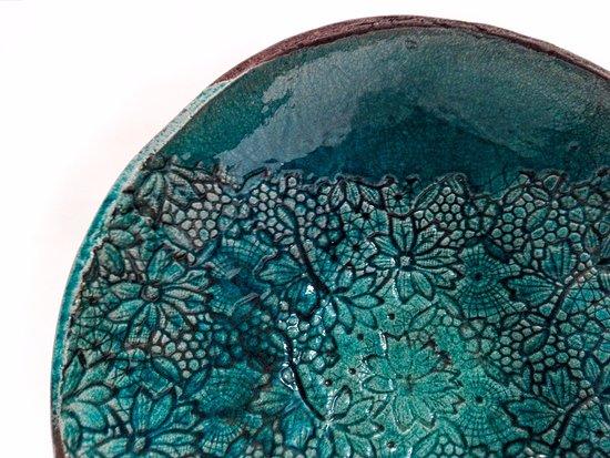 Ceramica Raku piatto in ceramica raku con impressione di pizzi - foto di la