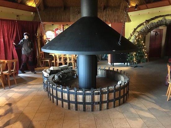 Jedovnice, Czech Republic: Vnutrorny pohlad v zimnom mesiaci na bar mensiu miestnost pec a posedenie oklo nej.