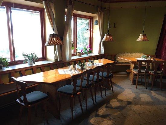 Jedovnice, República Checa: Vnutrorny pohlad v zimnom mesiaci na bar mensiu miestnost pec a posedenie oklo nej.