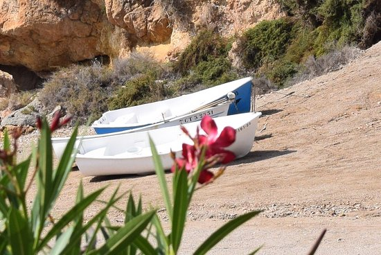 Isla Plana, สเปน: Boats on the beach at Playa la Caleta
