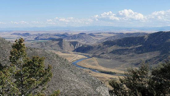 Three Forks, MT: Blick vom Höhleneingang auf den Jefferson River, Weg der Clark and Lewis Expedition