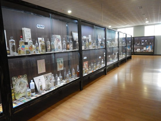 Руте, Испания: Andare alla scoperta della storia di ogni bottiglia collezionata è un'esperienza molto interessa