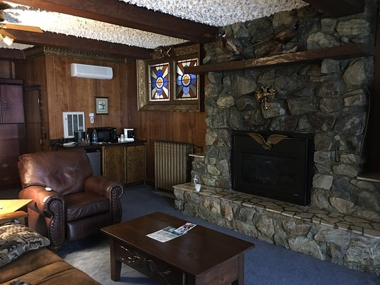 Garmisch USA Resort: Great little get away, just outside Hayward WI.  Unique rooms with a great restaurant and bar on