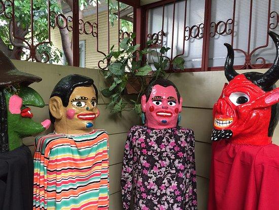 Aranjuez Hotel: Mascaradas en zona de paso del hotel